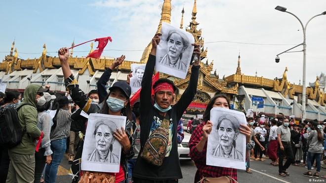 [ẢNH] Tổng Tư lệnh quân đội Myanmar hứa trao trả quyền lực sau bầu cử ảnh 7