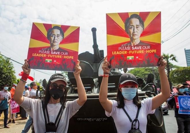Quân đội Myanmar dừng dịch vụ internet, gia hạn tạm giam bà Aung San Suu Kyi ảnh 1