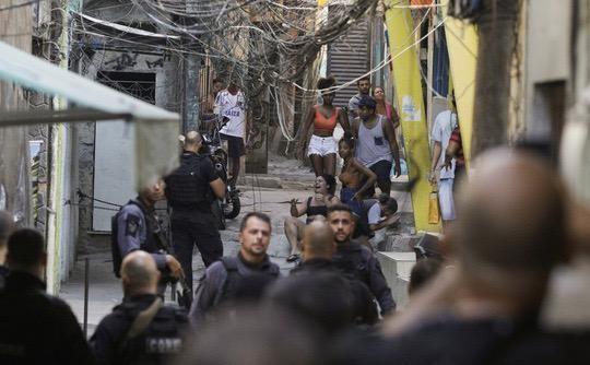 Đọ súng giữa cảnh sát và tội phạm ma túy ở Brazil, 25 người thiệt mạng ảnh 1