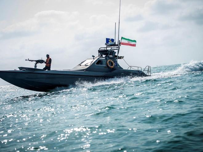 Tàu chiến Mỹ bắn cảnh cáo tàu Iran tại eo biển Hormuz ảnh 1