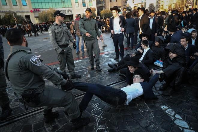Người Palestine đụng độ với cảnh sát Israel sau lệnh ngừng bắn tại Dải Gaza ảnh 1