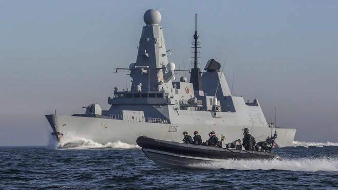 Vụ trục hạm HMS Defender bị bắn cảnh cáo: Nga nói 'có', Anh bảo 'không' ảnh 1