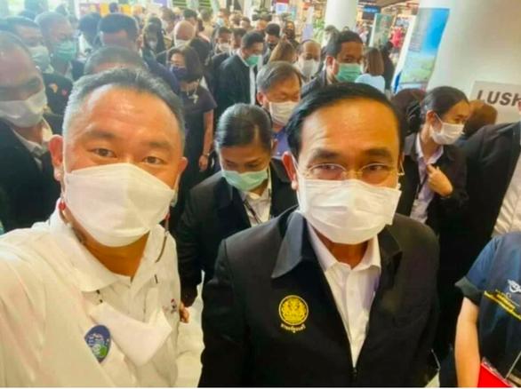 Thủ tướng Thái Lan phải cách ly vì chụp ảnh với người mắc Covid-19 ảnh 1
