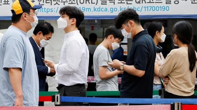 Hàn Quốc tăng mức giãn cách xã hội lên cao nhất khi số ca nhiễm Covid-19 tăng mạnh ảnh 1