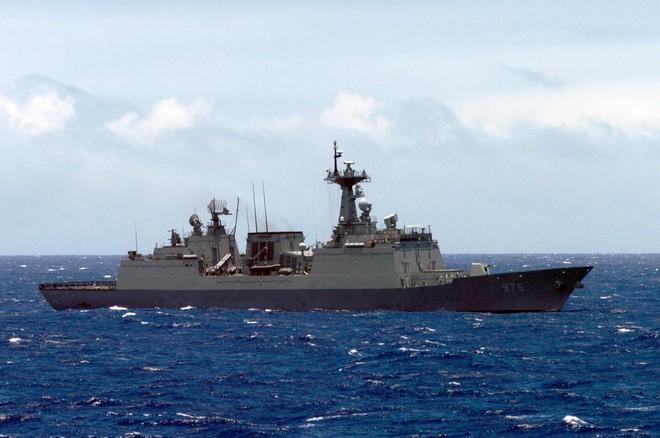 Hàn Quốc giải cứu đoàn thủy thủ trên tàu khu trục bùng phát dịch Covid-19 ảnh 1