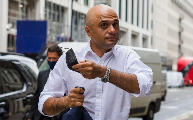 Bộ trưởng Y tế Anh bị chỉ trích vì khuyên người dân không 'co rúm người' trước virus ảnh 1