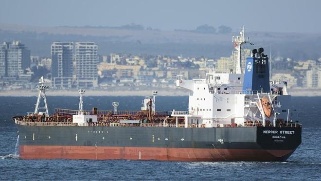 Hải quân Mỹ hỗ trợ tàu chở dầu bị tấn công ngoài khơi vịnh Oman ảnh 1