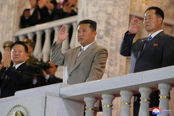 Ông Kim Jong-un gây chú ý trong lễ duyệt binh ảnh 1