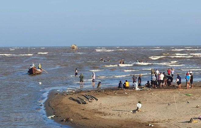 Tìm thấy thi thể 2 trong số 3 học sinh bị sóng cuốn mất tích ở Nam Định ảnh 1