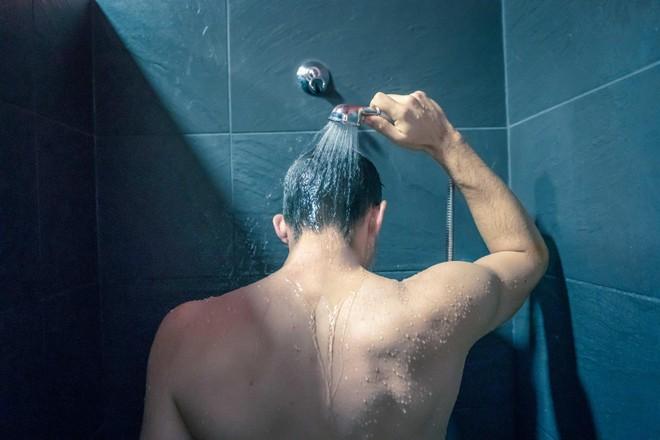Đột quỵ khi tắm đêm: Tuyệt đối không xả nước lên người sau 23 giờ ảnh 1