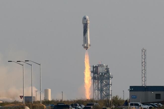 Tỷ phú Jeff Bezos chi 5,5 tỷ USD cho 10 phút bay vào vũ trụ ảnh 1