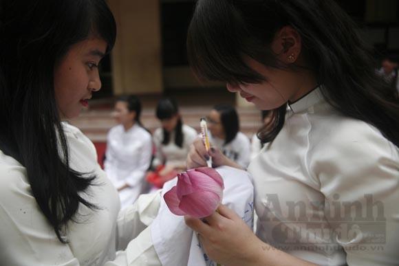 """Xúc động """"ngày chia xa"""" của thầy - trò trường THPT Nguyễn Tất Thành ảnh 9"""