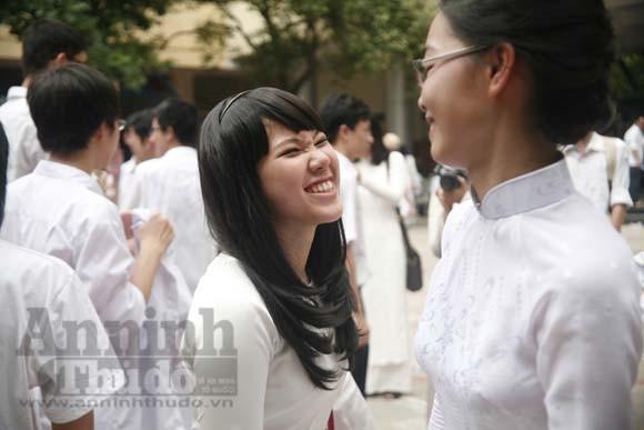 """Xúc động """"ngày chia xa"""" của thầy - trò trường THPT Nguyễn Tất Thành ảnh 17"""