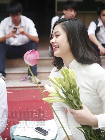 """Xúc động """"ngày chia xa"""" của thầy - trò trường THPT Nguyễn Tất Thành ảnh 13"""
