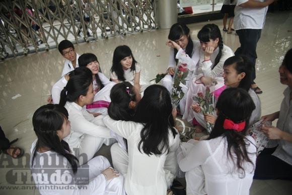 """Xúc động """"ngày chia xa"""" của thầy - trò trường THPT Nguyễn Tất Thành ảnh 1"""