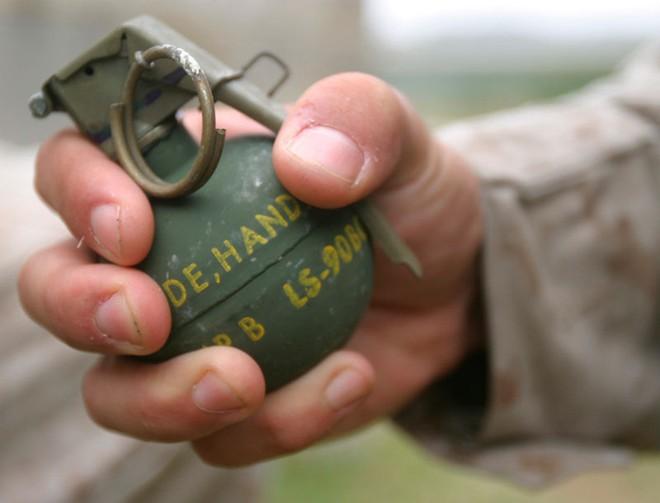 Lính Hàn Quốc tặng quà bạn gái bằng… lựu đạn ảnh 1