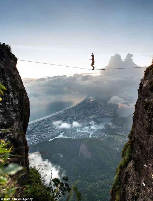 Dựng tóc gáy trước cảnh người nằm trên dây ở độ cao 1000m ảnh 1