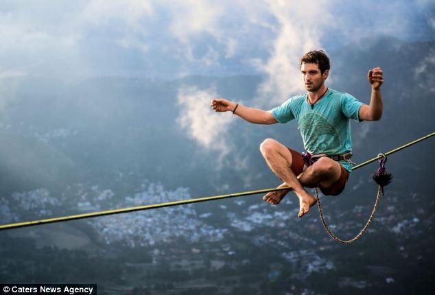 Dựng tóc gáy trước cảnh người nằm trên dây ở độ cao 1000m ảnh 2