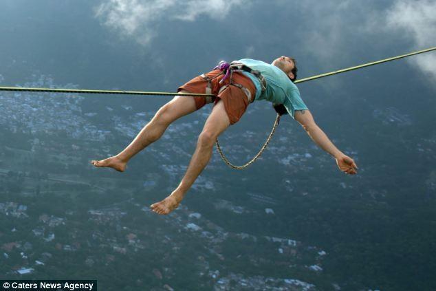 Dựng tóc gáy trước cảnh người nằm trên dây ở độ cao 1000m ảnh 3