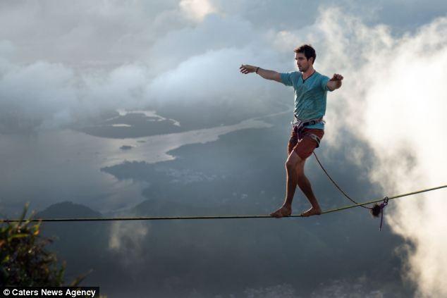 Dựng tóc gáy trước cảnh người nằm trên dây ở độ cao 1000m ảnh 4