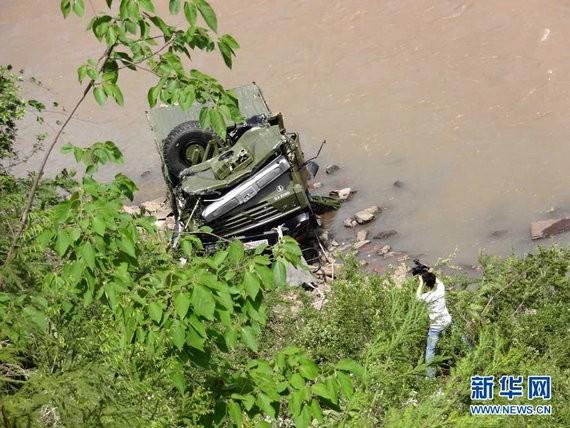 Trung Quốc: Su-30 gặp nạn vì chim, xe bộ binh lật nhào xuống sông ảnh 2
