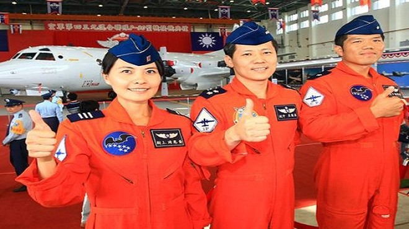 """Đài Loan có nữ phi công lái """"Sát thủ săn ngầm"""" ảnh 2"""