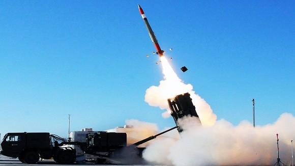 Siêu tên lửa phòng không của Mỹ đồng loạt hạ gục 2 mục tiêu ảnh 1