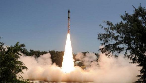 Ấn Độ phóng thử thành công tên lửa đạn đạo tầm trung ảnh 1