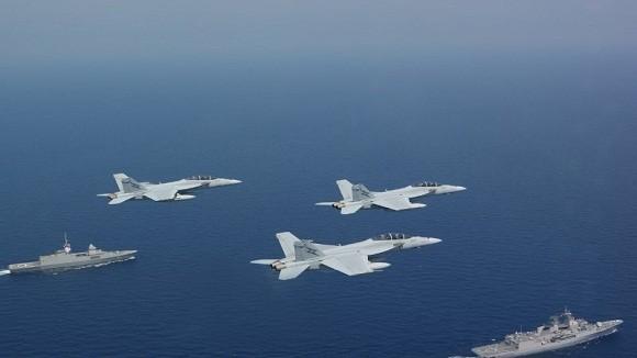 """Tàu chiến, máy bay của """"Ngũ cường"""" diễn tập rầm rộ trên biển Đông ảnh 1"""