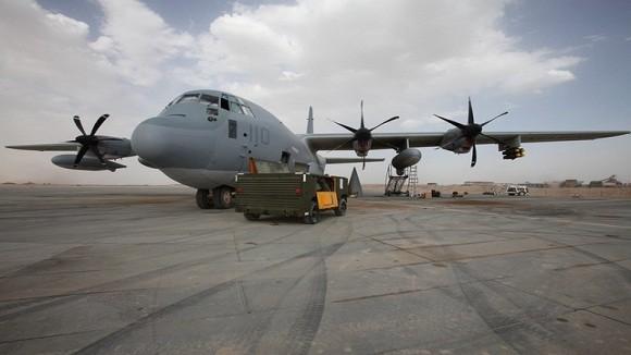 Trực thăng chở hàng cứu trợ siêu bão Haiyan bị rơi ảnh 1