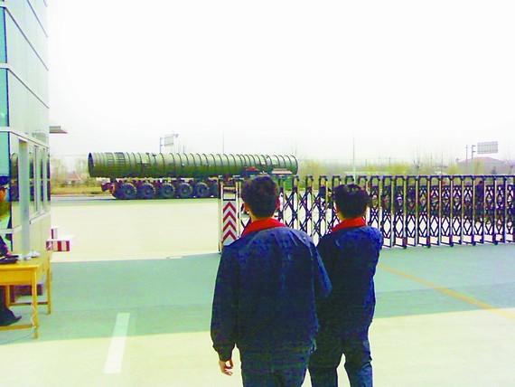 Nhật thách đố: Trung Quốc bỏ vũ khí hạt nhân, Nhật sẽ hủy quyền tự vệ tập thể ảnh 2