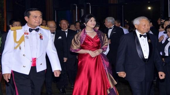 Thủ tướng Yingluck trở về Bangkok gặp lãnh đạo quân đội ảnh 1