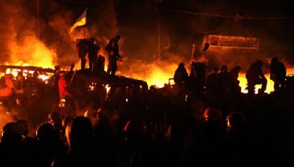 Phần tử cực đoan Ukraine ra sức khiêu khích cảnh sát dùng vũ lực ảnh 1