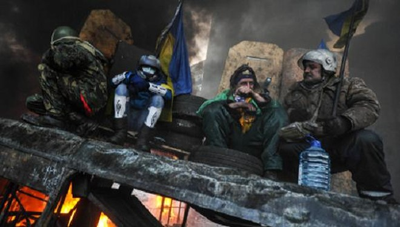 Người biểu tình Ukraine chiếm đóng trụ sở 3 bộ ảnh 1