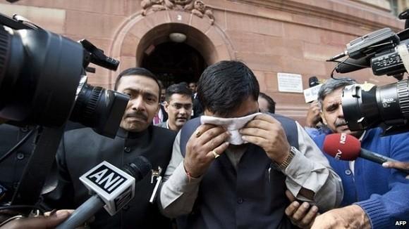 17 nghị sĩ Ấn Độ bị đình chỉ tư cách vì ẩu đả, xịt hơi cay khi họp Quốc hội ảnh 2