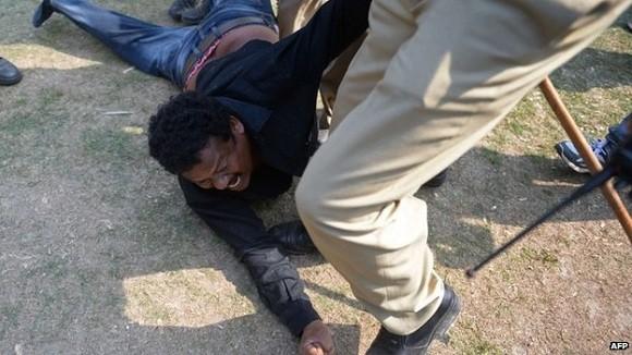 17 nghị sĩ Ấn Độ bị đình chỉ tư cách vì ẩu đả, xịt hơi cay khi họp Quốc hội ảnh 1