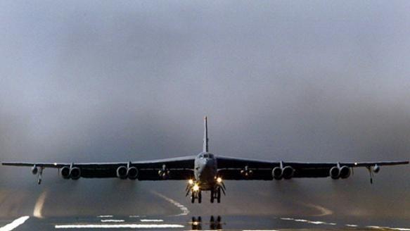 Mỹ triển khai 3 máy bay ném bom hạng nặng B-52 tới châu Âu làm gì? ảnh 2