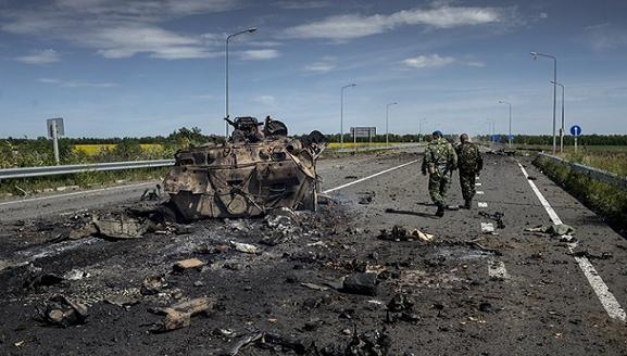 Lính Ukraine bị vây ở Lugansk xin phá vũ khí, đầu hàng dân quân ảnh 1