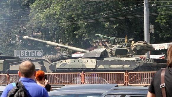 Ukraine đưa xe tăng và vũ khí hạng nặng vào thủ đô Kiev làm gì? ảnh 1