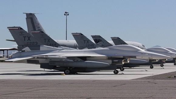 Tiêm kích F-16 Mỹ bị gió quăng, đập bẹp 1 chiếc F-16 khác ảnh 2