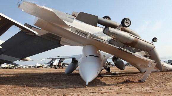 Tiêm kích F-16 Mỹ bị gió quăng, đập bẹp 1 chiếc F-16 khác ảnh 1