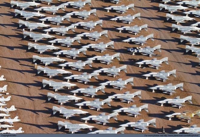 Tiêm kích F-16 Mỹ bị gió quăng, đập bẹp 1 chiếc F-16 khác ảnh 6