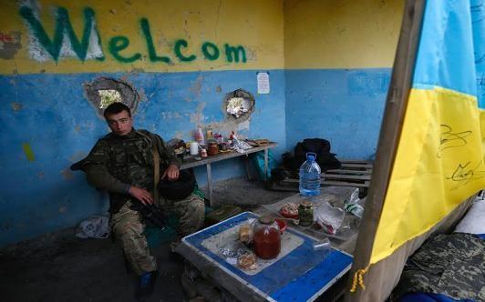 """Kiev """"hóa phép"""" dân thường thành tù binh trao đổi với Donbass ảnh 2"""