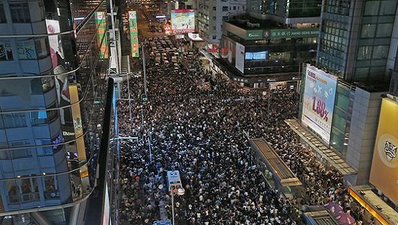 Chính quyền Hong Kong xuống giọng, kêu gọi chấm dứt biểu tình ảnh 1