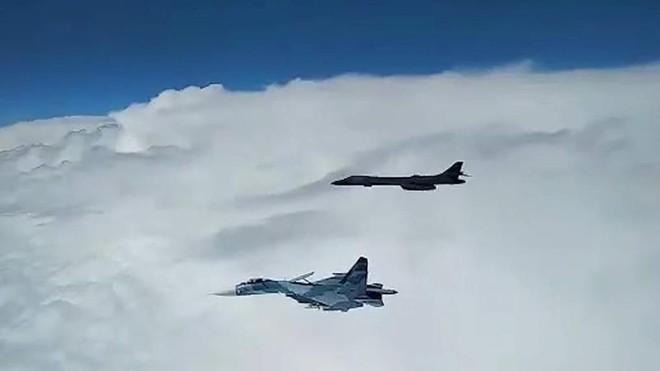 Nga tung Su-27 chặn máy bay ném bom chiến lược Mỹ ở Biển Đen ảnh 1