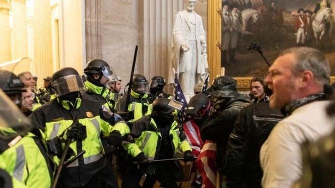 Cảnh sát Đồi Capitol phủ nhận tin một sĩ quan thiệt mạng sau vụ bạo loạn ở tòa Quốc hội ảnh 1