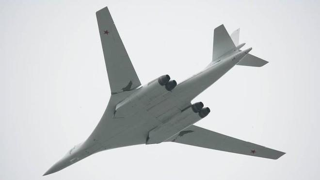 Hai máy bay Tu-160 hoàn thành chuyến bay dài 14 giờ trên Biển Barents và Biển Bạch Hải ảnh 1
