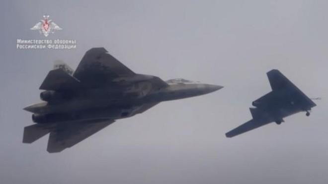 Su-57 Nga sẽ điều khiển 4 UAV S-70 Okhotnik cùng lúc ảnh 1