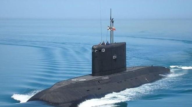 Tàu chiến Anh Mercey kèm chặt tàu ngầm Nga Rostov-on-Don ở eo biển Manche ảnh 1