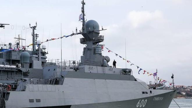 Tàu chiến Nga tiêu diệt thành công mục tiêu trên không của kẻ thù giả định ảnh 1